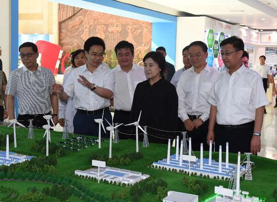 8月5日,自治区党委副书记、自治区主席布 小林在通辽市调研并参观了通辽市庆祝内蒙古自治区成立70周年展览。(韩卿立)