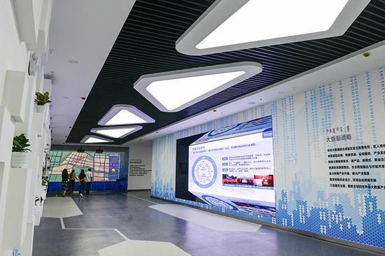市民参观玉泉区大数据应用产业基地