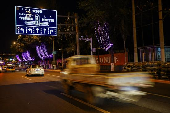 在呼伦贝尔路,新安装的标识在夜间显得格外清晰明亮。
