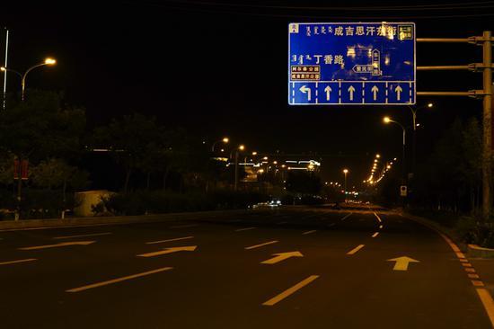 如果没有灯光照射,老式标识牌上的信息不是那么清晰。