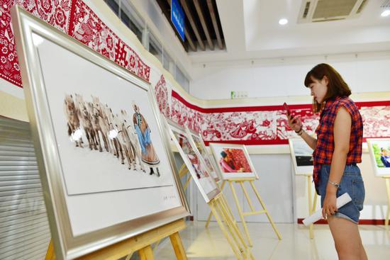 活动现场展出了100多幅摄影作品。