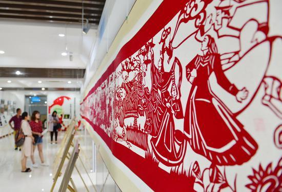 70米剪纸长卷展现了人民群众的美好生活。