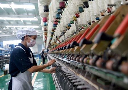 内蒙古锡林郭勒大庄园肉业有限公司的员工在包装羊肉。记者 任军川/摄
