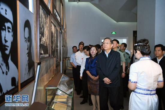 俞 正声来到乌兰夫同志纪念馆参观。