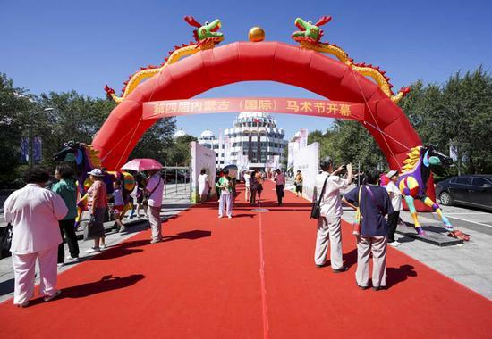 第四届内蒙古(国际)马术节开幕。
