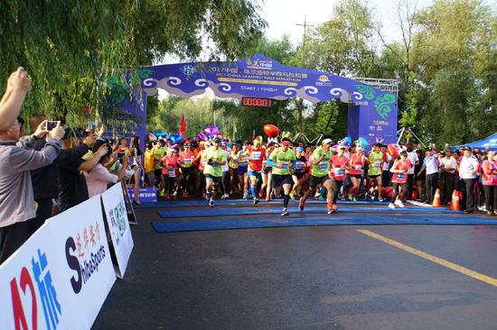2017中国·乌兰浩特半程马拉松赛开跑