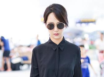 杨紫遮黑超变时髦御姐穿干练黑白装气场全开