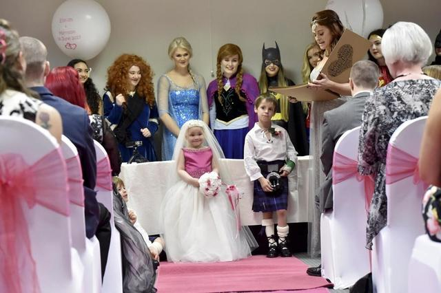 """英国5岁癌症女孩穿婚纱与""""男友""""结婚"""