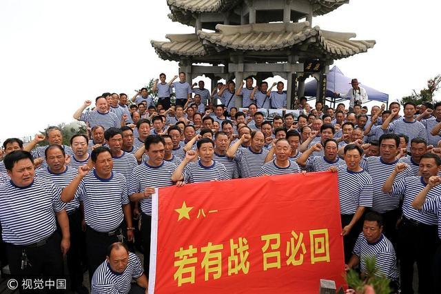 上百退伍老兵登上高峰,向军旗致敬