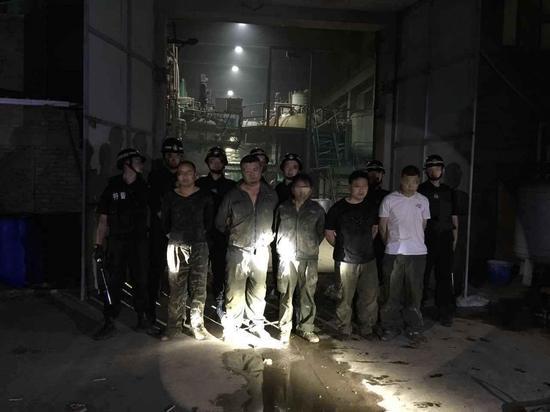 """6月26日""""国际禁毒日""""当晚,在赤峰市巴林左旗破获特大制毒物品案抓获现场"""