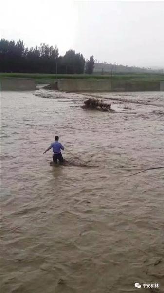 特警涉水救人