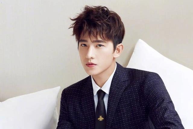 杨洋自信时尚大片 演绎简约型男