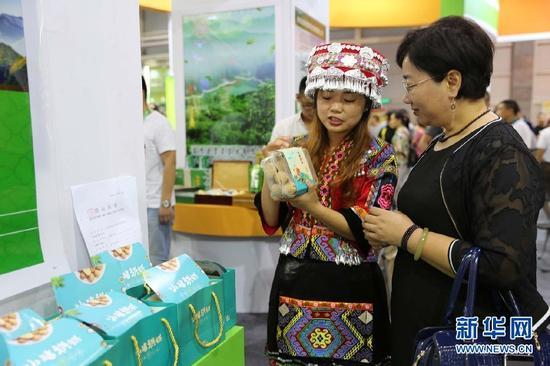 参展商向市民展示产品。