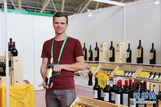 展区内展出的进口红酒。