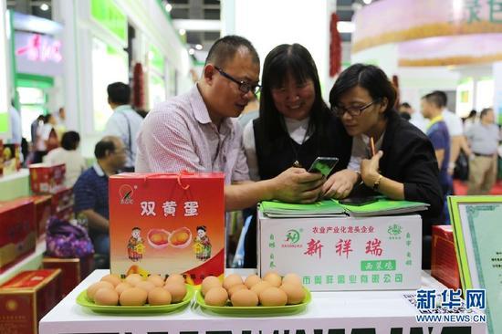 市民向参展商了解产品。