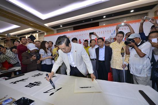 全国政协常委、中国书法家协会主席苏士澍为活动开笔