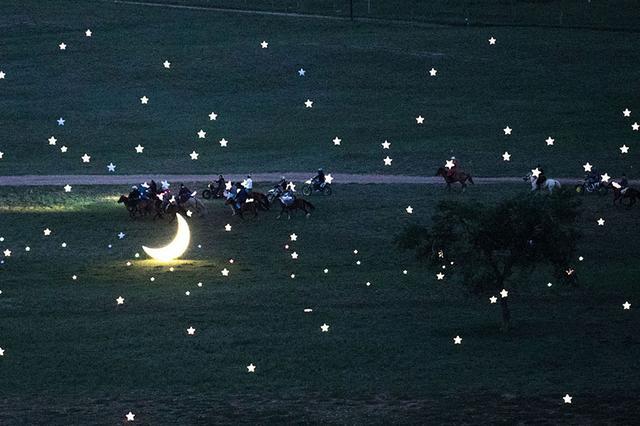 内蒙古男子向心爱姑娘表白 打造浪漫草原星空