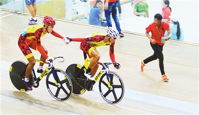 伊特格乐和张恒研正在比赛中交替接力相互鼓励,两名小将经过120圈的争夺,拼得了一枚铜牌。 通拉嘎 摄
