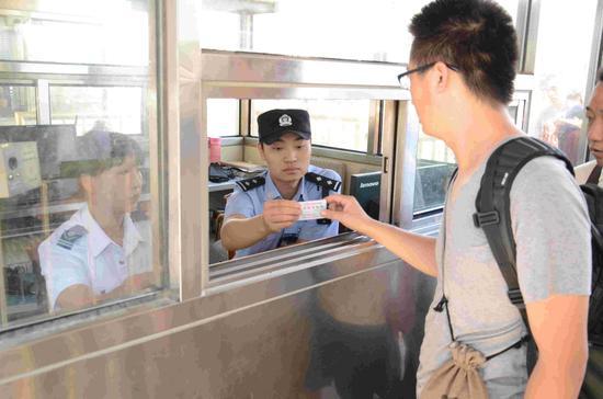 包头铁路公安处民警对进站旅客进行身份查验