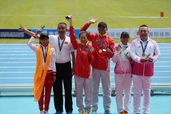 杨家玉(左三)正在颁奖台上。