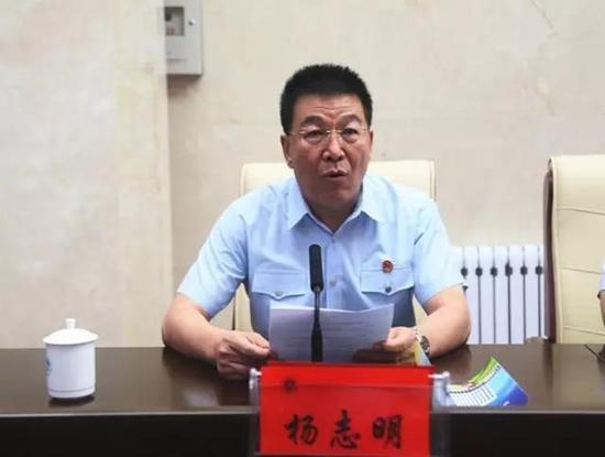 自治区高院政治部副主任杨志明主持开班仪式