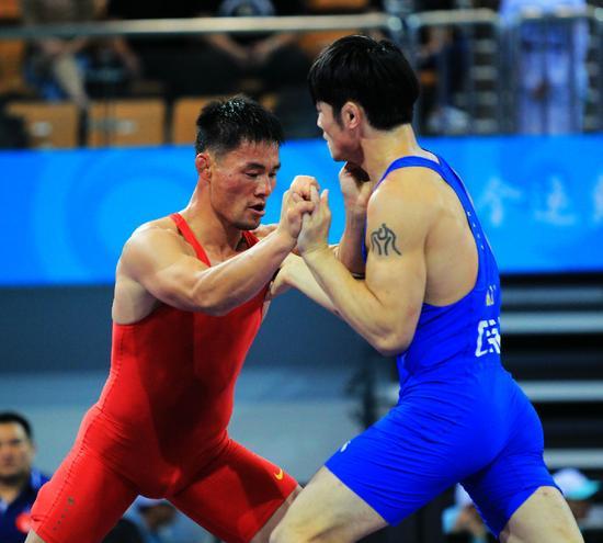 萨仁满都拉(红方)正在对抗对手