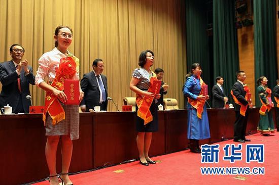 教育系统优秀个人代表领取荣誉证书