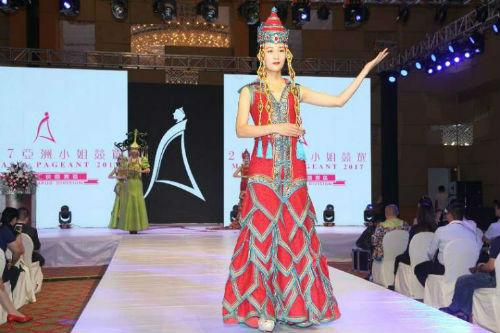本土佳丽展示蒙古族服饰