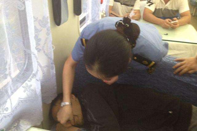 列车上旅客突然晕厥 众人合力一同救助