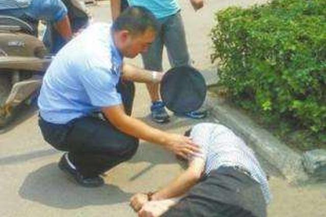 男子醉倒街头现金手机丢一旁 民警将他送回