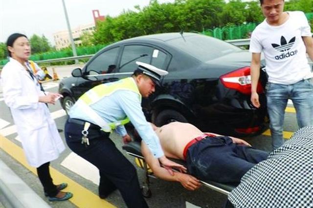 交通晚高峰接到求助 交警驾车送伤者转院