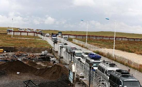 准备通关的蒙古国货车。