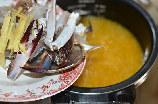 加入切好的海蟹块和切好的姜丝,盖上锅盖用蒸煮功能煮10-15分钟。