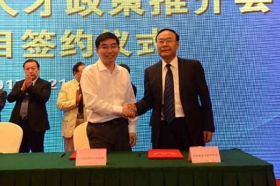 内蒙古自治区科技厅与清华大学科技开发部签订《共建推进内蒙古大数据产业发展合作协议》。