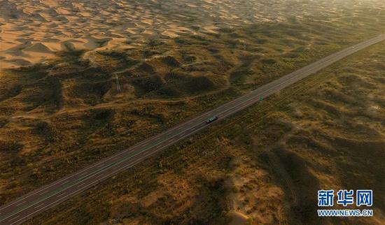 图为内蒙古杭锦旗位于库布其沙漠中的穿沙公路。(新华社记者邓华摄)