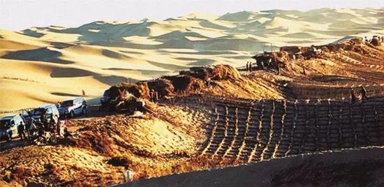 图为1997年修建穿沙公路时的场景。(资料图片)