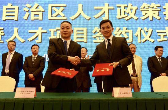 包头市政府与中关村联创军民融合装备产业联盟签订《军民融合科技和人才合作协议》。