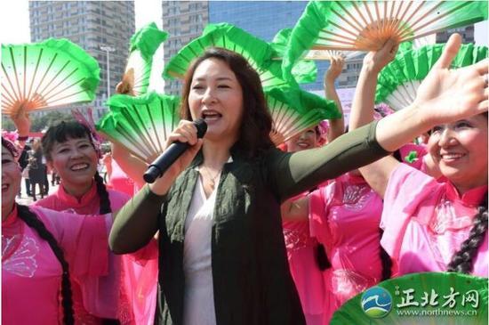 蒙古族青年歌唱家、国家一级演员龙梅献唱