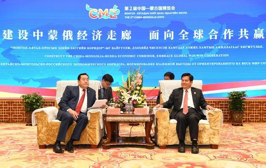 9月25日下午,自治区党委书记、人大常委会主任李纪恒,自治区党委副书记、自治区主席布小林在呼和浩特会见蒙古国大呼拉尔副主席桑吉米亚特布一行。