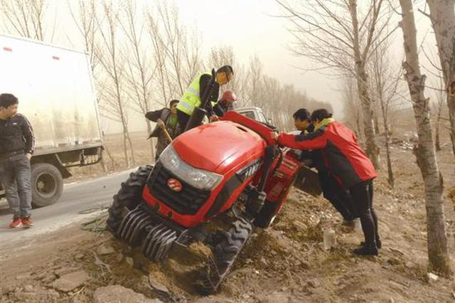 交警速救侧翻农用拖拉机