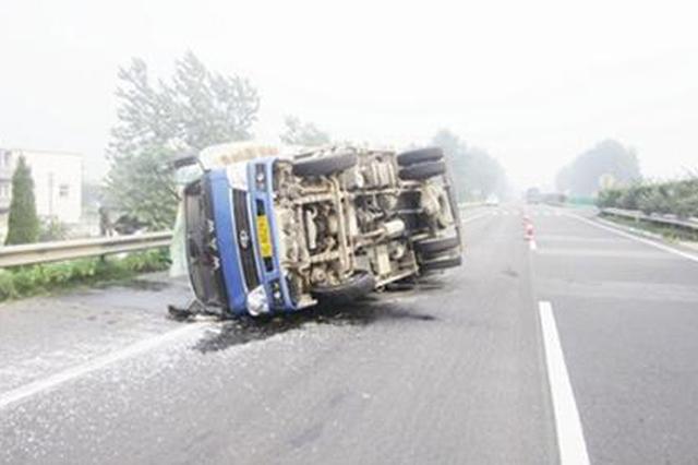 货车压塌路面爆胎 侧翻后司机受伤