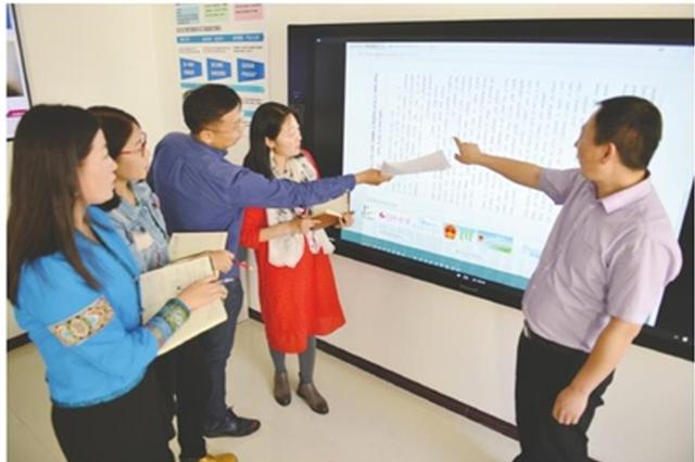5月3日,自治区民委工作人员正在进行内蒙古自治区蒙古语言文字网站建设工作,该网站是蒙古语言文字信息化专项扶持项目之一。