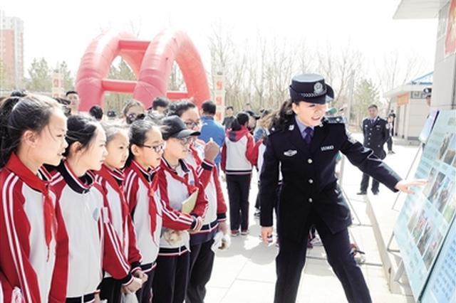 森林公安民警向学生介绍保护野生物知识。