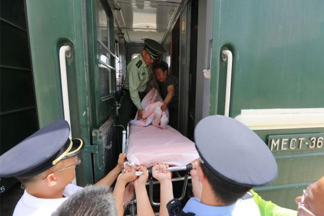 中国旅客在蒙古国突发脑膉血 内蒙古边检官兵施救