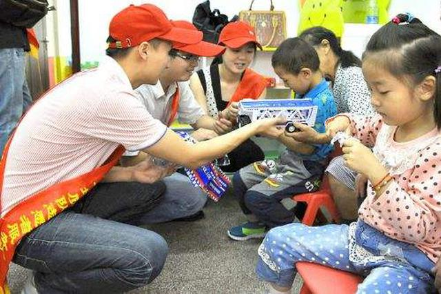 志愿者为残疾儿童捐赠 价值8400多元的玩具