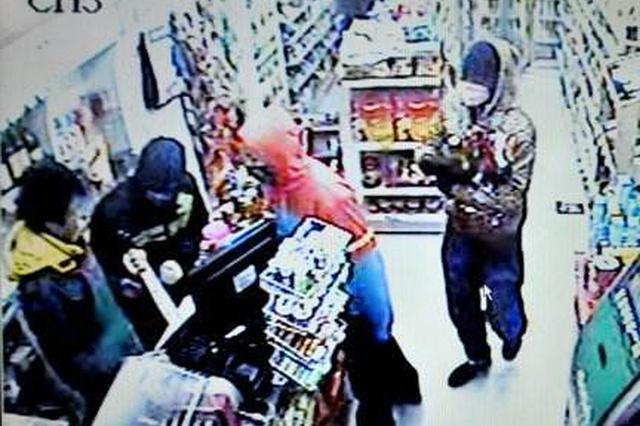 警匪片中情节现实上演 三男子蒙面持刀抢劫便利店