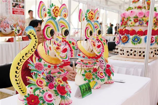 包头市青山区文化旅游节开幕 市民欣赏非遗艺术