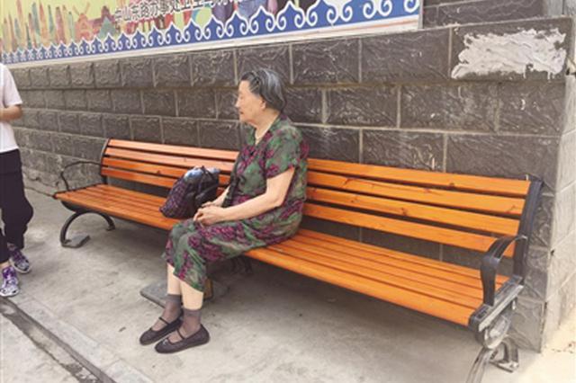 呼和浩特街道办事处安放200套长椅让辖区居民歇脚