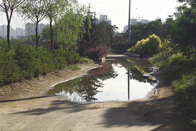 呼和浩特市一公园便道被淹 市民行路受阻