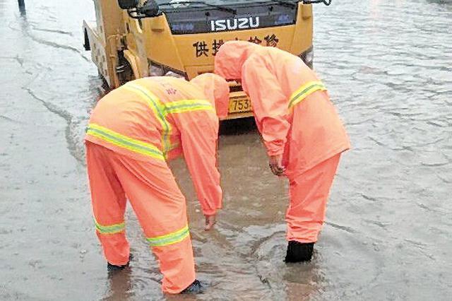 呼和浩特市大雨过后 供排水部门全力排水抢险